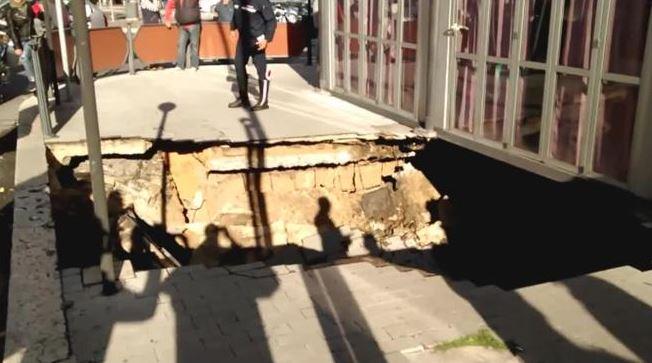 Voragine in centro a Terni: vigili del fuoco ancora al lavoro