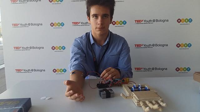 Andrei Blindu e la mano bionica in legno nata nel garage di casa