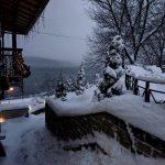 Storico blizzard in Ucraina, pianure sommerse da 60cm di neve: tutte le incredibili FOTO da Ternopil e Leopoli [GALLERY]