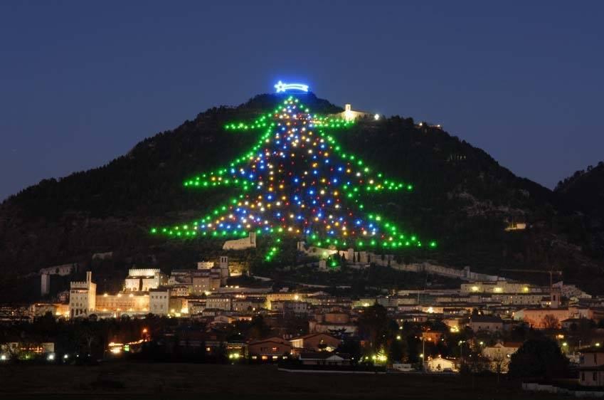 Albero Di Natale Gubbio.Nespoli Accende Dallo Spazio L Albero Di Natale Di Gubbio Meteoweb