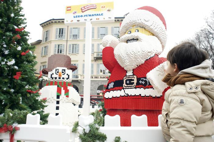 Babbo Natale Originale.A Milano Un Babbo Natale E Pupazzo Di Neve Fatti Con 200mila Lego