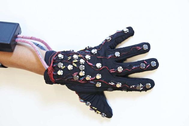 Disabilità, un guanto tech permette di muovere le mani