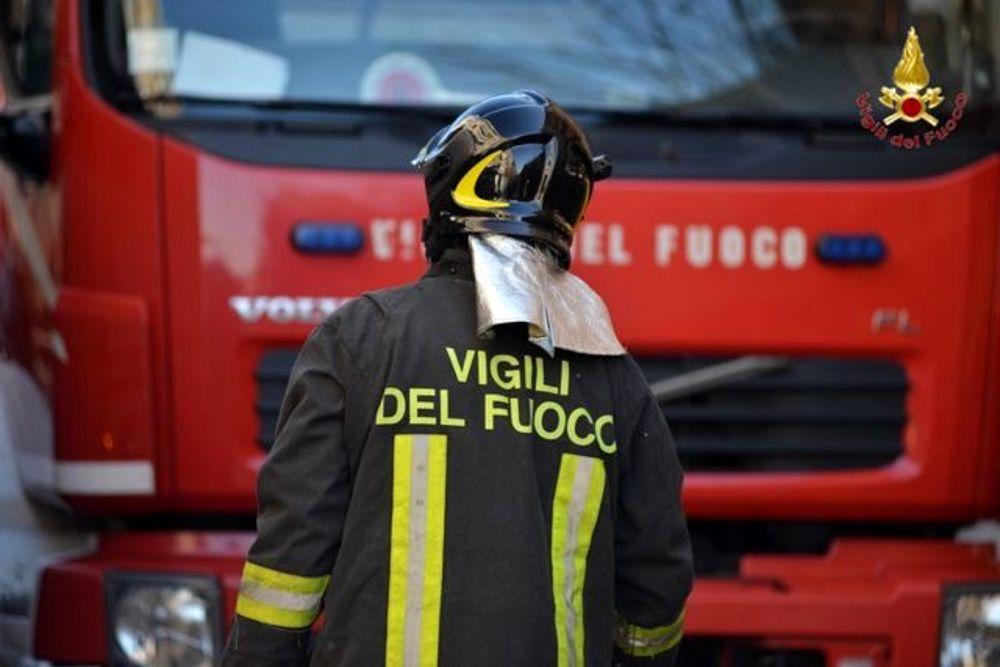 vigili del fuoco fiamme incendio foto generica
