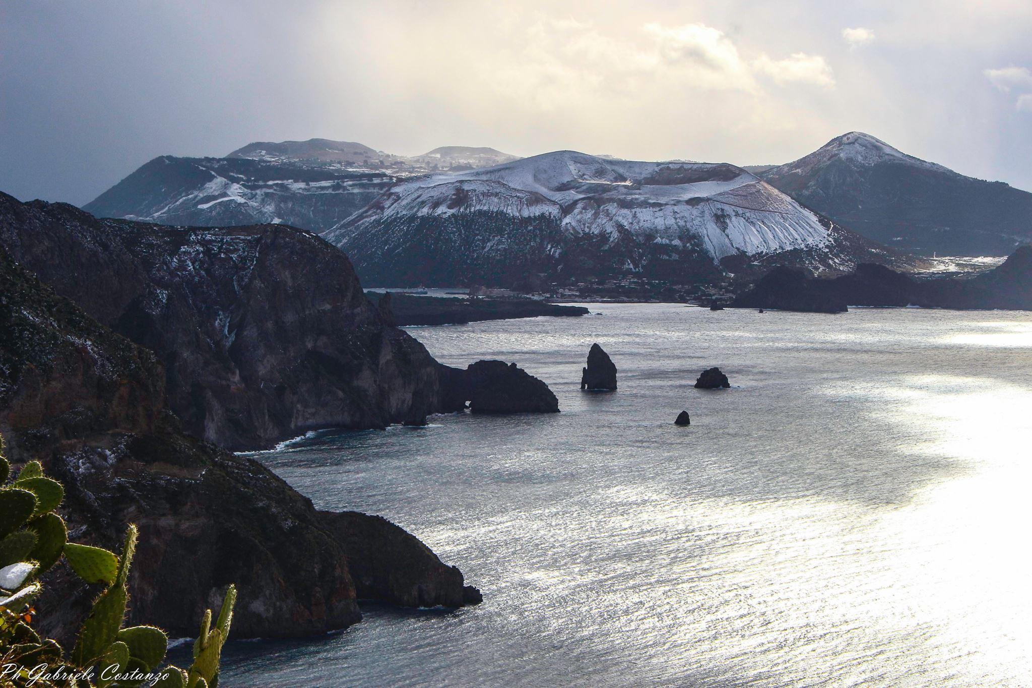 Maltempo, ancora neve e ghiaccio sulle strade di Lipari e Vulcano alle isole Eolie