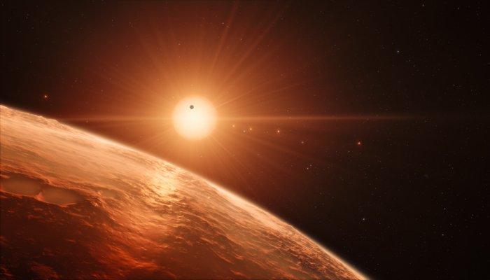 Questa rappresentazione artistica mostra la veduta dalla superficie di uno dei pianeti del sistema di TRAPPIST-1. Credit: ESO/M. Kornmesser/spaceengine.org