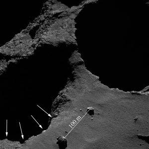 Immagine della camera a campo stretto (NAC) di OSIRIS del nuovo profilo del crinale Aswan ottenuta il 18 maggio 2016 a 8,4 chilometri di distanza dalla superficie del nucleo della cometa 67P. La risoluzione dell'immagine è di 12 centimetri per pixel. Le frecce bianche mostrano il nuovo profilo della struttura geologica dopo il crollo. Crediti: ESA/Rosetta/MPS for OSIRIS Team MPS/UPD/LAM/IAA/SSO/INTA/UPM/DASP/IDA