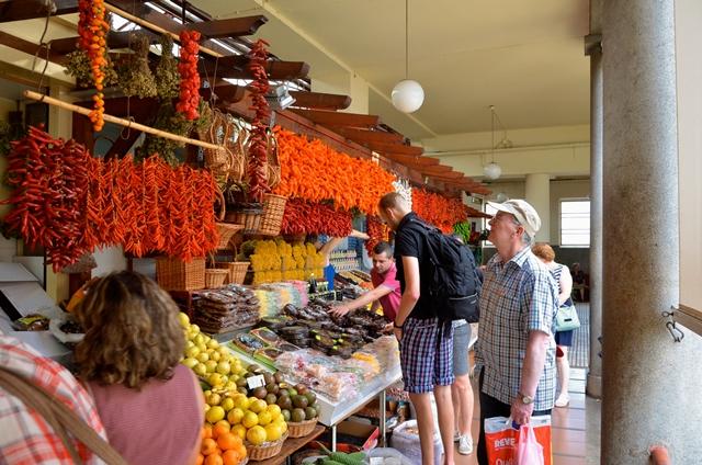 Situato nel centro della città di Funchal, nel nucleo storico di Santa Maria, il Mercado dos Lavradores (Mercato degli Agricoltori) è una delle attrazioni della capitale dell'arcipelago di Madeira luogo dove colori, profumi e tradizione si fondono per stupire e meravigliare chi lo visita