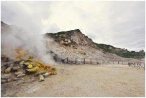 Il cratere vulcanico della Solfatara, Campi Flegrei, con le caratteristiche fumarole