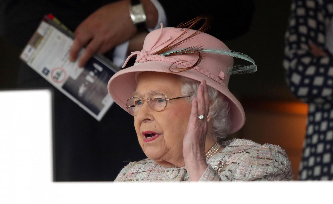 La Regina Elisabetta e la regola ferrea per mangiare la banana