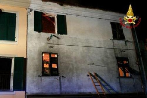 Casa in fiamme famiglia si lancia dalla finestra gravissimo il bimbo di 8 anni meteo web - Bimbo gettato dalla finestra ...