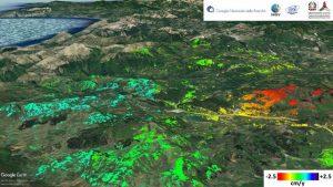 Mappa della velocità di deformazione del suolo nella zona del Pollino tra il 2012 e il 2014. I punti colorati rappresentano le misure radar effettuate dal satellite. Le zone in verde sono ferme; quelle in rosso si allontanano dal satellite con una velocità media di circa 2.5 cm all'anno; le zone in azzurro si avvicinano al satellite con velocità media di circa 1.5 cm all'anno