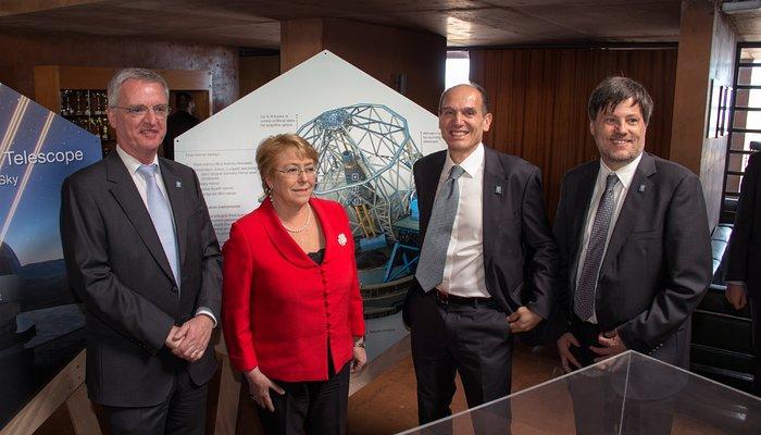 Il 26 maggio 2017, la Presidentessa della Republica del Cile, Michelle Bachelet Jeria, ha partecipato alla cerimonia per la posa della prima pietra dell'ELT (Extremely Large Telescope) dell'ESO. L'evento si è svolto all'Osservatorio dell'ESO al Paranal, non lontano dal sito che ospiterà il gigantesco telescopio. È una pietra milliare di un percorso che vede ora la costruzione della cupola e della principale struttura di supporto del più grande telescopio ottico al mondo. L'occasione ha segnato anche il collegamento dell'osservatorio alla rete elettrica nazionale cilena.La Presidentessa Bachelet è ripresa in compagnia di Tim de Zeeuw, Direttore Generale dell'ESO (a sinistra), Roberto Tamai, Responsabile di programma dell'ELT (secondo da destra), e Andreas Kaufer, Direttore dell'Osservatorio di La Silla Paranal (a destra).Crediti: ESO