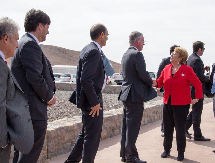 Il 26 maggio 2017, la Presidentessa della Republica del Cile, Michelle Bachelet Jeria, ha partecipato alla cerimonia per la posa della prima pietra dell'ELT (Extremely Large Telescope) dell'ESO. L'evento si è svolto all'Osservatorio dell'ESO al Paranal, non lontano dal sito che ospiterà il gigantesco telescopio. È una pietra milliare di un percorso che vede ora la costruzione della cupola e della principale struttura di supporto del più grande telescopio ottico al mondo. L'occasione ha segnato anche il collegamento dell'osservatorio alla rete elettrica nazionale cilena.In questa fotografia si vede l'attimo in cui la Presidentessa viene accolta dal Direttore Generale dell'ESO, Tim de Zeeuw alla Residencia del Paranal.Crediti: ESO/Juan Pablo Astorga