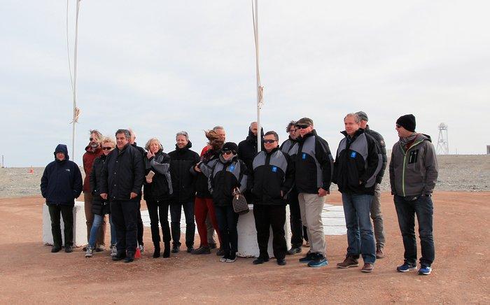 Il personale dell'ESO e alcuni ospiti selezionati hanno visitato Cerro Armazones, la futura sede dell'ELT (Extremely Large Telescope) in una giornata di tempo insolitamente inclemente, durante la cerimonia per la posa della prima pietra, il 26 maggio 2017. Tra i presenti, Xavier Barcons, Direttore Generale Designato (quarto da destra, in prima fila), Harry van der Laan, ex-Direttore Generale dell'ESO, Michele Cirasuolo, Responsabile Scientifico dell'ELT e, in rappresentanza del Ministero dell'Istruzione, dell'Università e della Ricerca e della Commissione Esteri del Senato, l'On. Stefania Giannini.Crediti: ESO/Juan Pablo Astorga