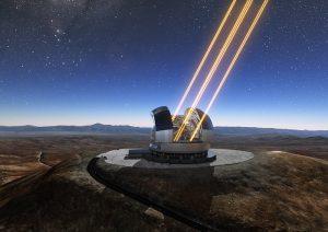 Questa rappresentazione artistica mostra in azione il telescopio ELT (Extremely Large Telescope) sul Cerro Armazones, nel Cile settentrionale. Il telescopio è visto nel momento in cui utilizza gli appositi laser per 'accendere' delle stelle artificiali negli strati alti dell'atmosfera. Il 26 maggio 2017 si è svolta la cerimonia della posa della prima pietra del telescopio, a cui ha partecipato la Presidentessa del Cile, Michelle Bachelet Jeria. Crediti: ESO/L. Calçada