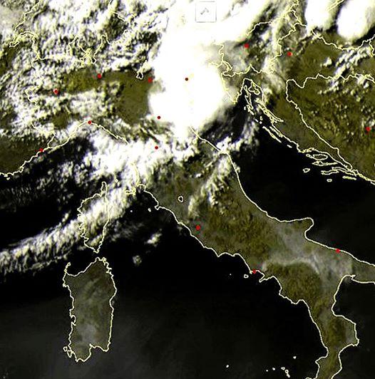Nube di ''fuoco'' che si espande fin verso Bari, Taranto e Potenza