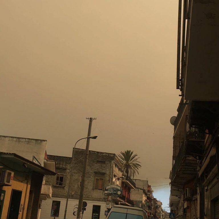Nube di ''fuoco'' avvolge il napoletano