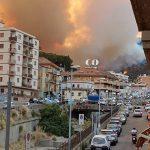Messina nella morsa degli incendi: abitazioni evacuate, un vigile del fuoco ferito [GALLERY]
