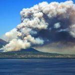 """Incendio Vesuvio, è un disastro. Pioggia di cenere fino ad Avellino, i Sindaci: """"chiudete porte e finestre e rimanete chiusi in casa"""" [LIVE]"""