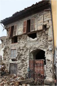 Amatrice: edificio con muratura a doppio paramento, con i muri portanti costruiti con pietrame di varia pezzatura, mal assemblato e con leganti poveri. Un esempio di elevata vulnerabilità sismica (Foto QUEST).