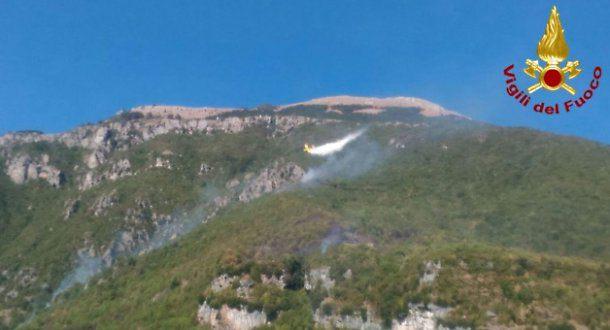 Vasto rogo sul Monte Giano, brucia anche la storica scritta Dux
