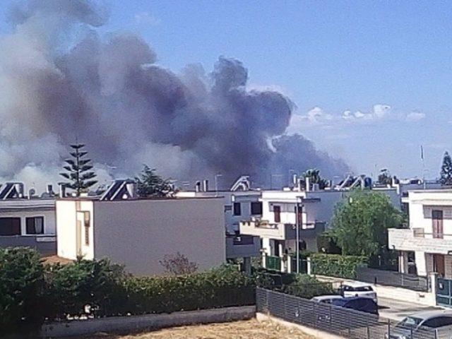 Incendio tra le ville, abitanti in fuga