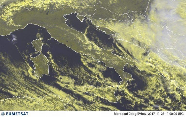 L'immagine satellitare attuale sull'Italia: bel tempo al Centro/Nord, ultime nubi residue sulle Adriatiche e al Sud