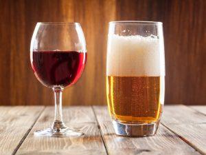 Il vino rende sexy e rilassa, la vodka dà energia e la birra aumenta l'autostima: ecco come le bevande alcoliche influenzano le nostre sensazioni emotive