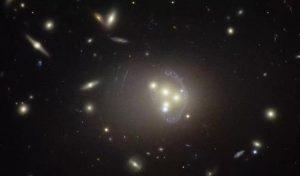 L'ammasso di galassie Abell 3827 visto dal telescopio spaziale Hubble