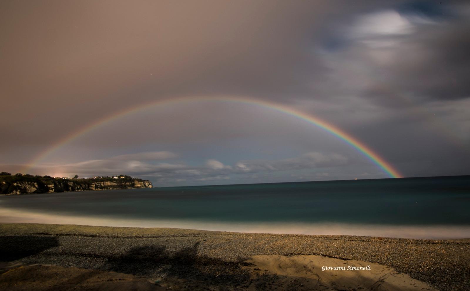 Rarissimo arcobaleno lunare incanta tropea spettacolo - Immagini di gufi arcobaleno ...