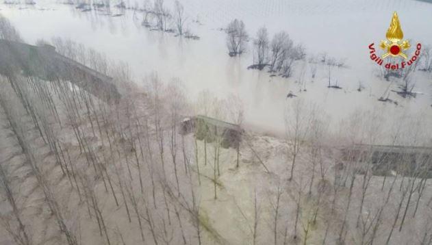 Maltempo, Lentigone di Brescello allagata: l'Enza ha rotto l'argine