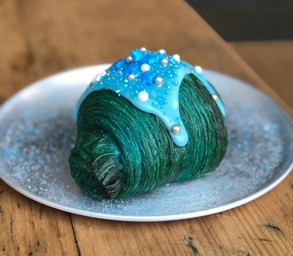 Croissant blu alga spirulina