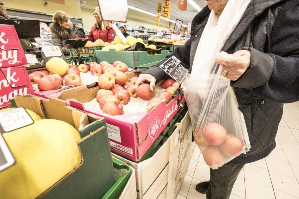 Sacchetti biodegradabili a pagamento nei supermercati