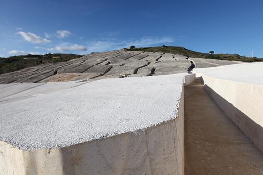 Figura 2: Gibellina. Il vecchio abitato come sipresenta oggi: il Cretto di Burri ha fossilizzato, in un sudario di cemento, l'impiantooriginario del paese. R. Azzaro, INGV