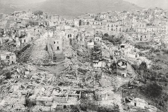 Figura 1: Gibellina. Il vecchio abitato dopo i terremoti del gennaio1968, prima di essere cancellato . Terremoto in Sicilia, 1968