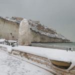 Burian, continua a nevicare in Puglia: 20cm a Vieste, un metro a Vico del Gargano. Ecco come Pizzomunno aspetta la sua Cristalda [FOTO e VIDEO]