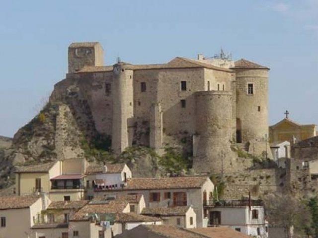 Matrimonio Oriolo Romano : Calabria frana minaccia il castello di oriolo abitazione