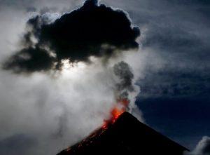 vulcano Mayon eruzioni di lava sotto la Super Luna