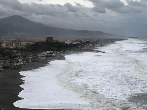 Maltempo, il mar Tirreno diventa un incubo al Sud: mareggiat