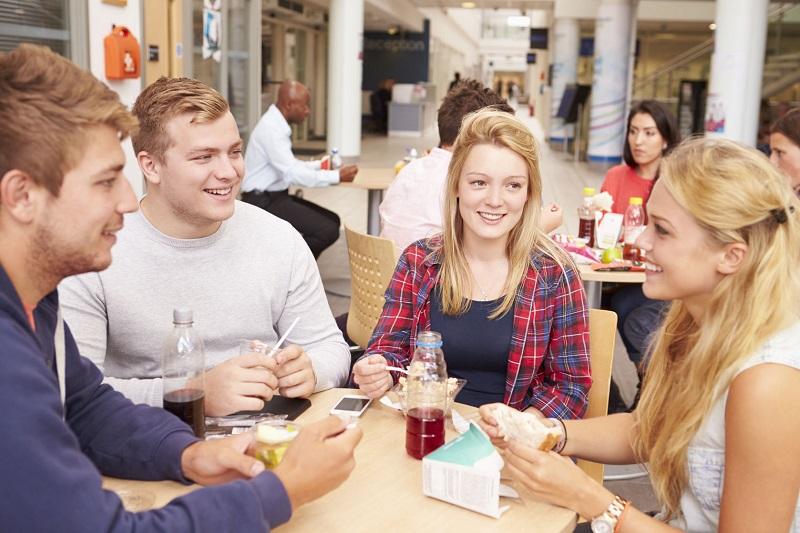 Studenti a tavola