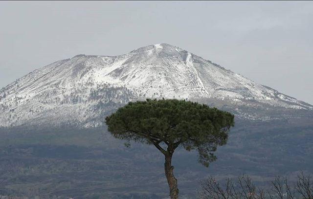 Freddo e maltempo: ecco il Vesuvio ricoperto dalla neve [GAL