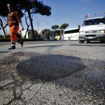 Maltempo Roma: buche in strada, la Procura apre un'indagine