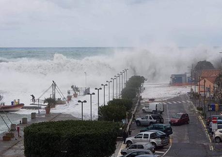 """Maltempo, mareggiata tsunami a Maratea. Il Sindaco: """"situazi"""
