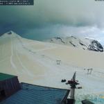 Caldo e Sabbia del Sahara, Benvenuti in ItAfrica: anche la neve delle Alpi si tinge di giallo [GALLERY]