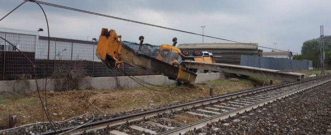 treno deraglia gru