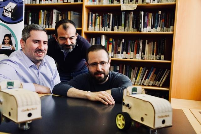 Leonardo Mariani, Edoardo Datteri e Roberto Previtera mentre giocano con la loro creazione