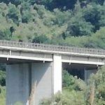 Orrore a Francavilla, lancia bambina da viadotto dell'A14 e minaccia di buttarsi giù. Stamattina la misteriosa morte della compagna e madre della piccola