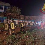 Treno regionale urta camion e deraglia: impatto violentissimo, 2 morti e 23 feriti [GALLERY]
