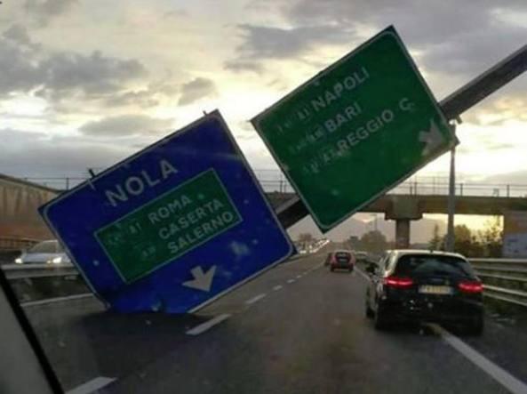 Il cartellone autostradale caduto stamattina per il forte vento in autostrada all'altezza di Nola