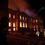 """Incendio devasta il Museo Nazionale di Rio De Janeiro: """"Persi 200 anni di lavoro, ricerca e conoscenza"""" [GALLERY]"""